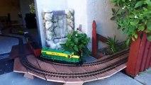 Gros modèle les trains en cours dexécution à lintérieur mon petit maison