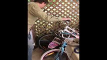 Vajza e vogel refuzonte te luante me lodra, habitet nga ajo qe gjen (360video)