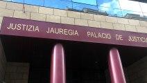 Un grup ciutadans bascos penja cartells a favor de decidir del poble basc