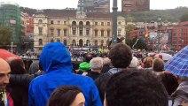 Milers de manifestants bascos canten l'Estaca en basc davant de l'Ajuntament de Bilbao