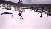 Ce skieur tape dans la main de son pote sur un télésiège