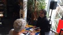 Amélie Nothomb en séance de dédicaces