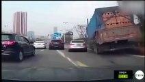 Ce camion perd des tonnes de briques sur une voiture en plein virage... Douloureux