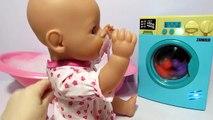 Et poupée jouer jouet la lessive avec machine
