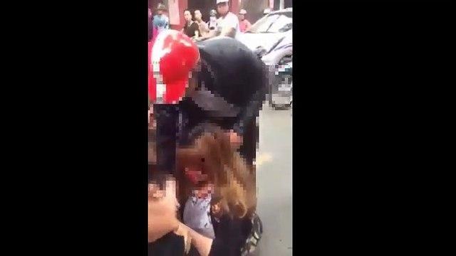 Va quẹt nhẹ giữa xe, 2 thiếu nữ lao vào đánh nhau đổ máu