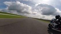 Ce motard fait un malaise à plus de 280km/h en pleine course. Terrible chute