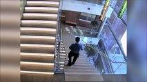 Il fait une énorme chute dans les escaliers et se relève tranquillement!