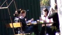 Девушки в кафе за столом