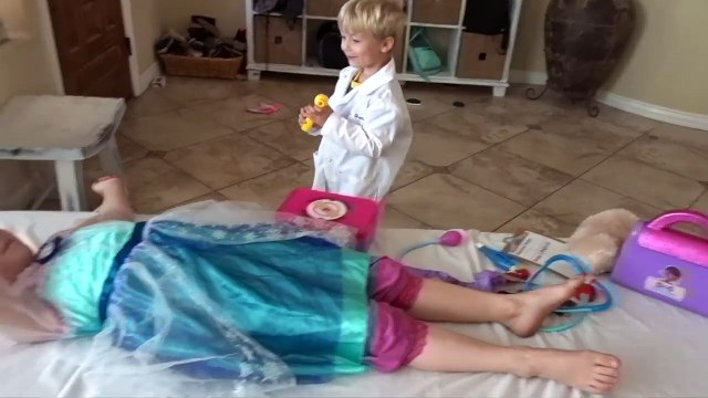 DOC MCSTUFFINS SURGERY ELSA FROZEN!! GIANT NEEDLES IN TUMMY!! DOCTOR RYAN!! PLAYING DOCTOR