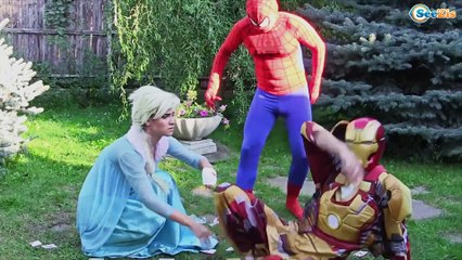 Frozen Elsa loses her Hand w/ Pink Spidergirl Spiderman! Do Elsa love Joker?
