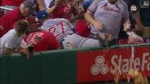 Ce joueur de baseball défonce le repas d'un supporter en rattrapant la balle !