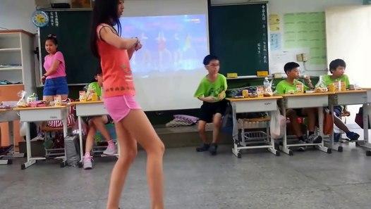脚長のかわいい女子小学生が給食の時間にセクシーダンス踊ってみた! Young Scholl Girls Dancing!!