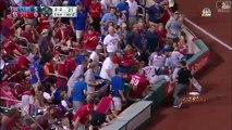 Un joueur de baseball fait tomber les nachos d'un supporter et lui en rapporte