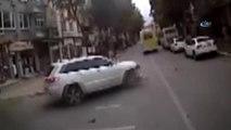 Feci Kaza Kamerada... Aracın Çarptığı Motosiklet Sürücüsü Minibüsün Altına Girdi