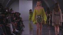 Los modelos ceñidos marcan la pasarela de Mugler en París