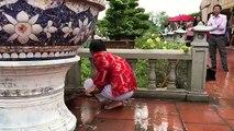 Hoài Linh đi chân trần, tự tay dọn dẹp đền thờ Tổ sau ngày giỗ