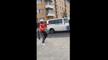 Un jeune casse la vitre d'un policier alors qu'il y est dans.