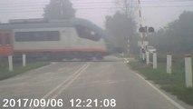 Quand le garde-barrière oublie de baisser les barrières au passage du train... FAIL