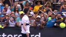 L'entraînement fun entre Novak Djokovic et un jeune garçon (Open dAustralie)