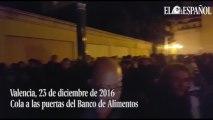 Cola en el banco de alimentos de Valencia el 23 de diciembre