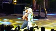 Cette fillette chante sur scène devant des milliers de spectateurs avec le chanteur Luke Bryan !
