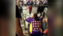 À genou pendant l'hymne américain, une femme leur jette un verre au visage (Vidéo)