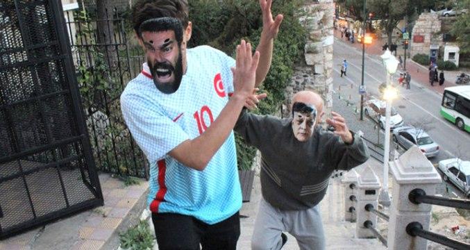 Yılmaz Vural Maskesi Takan Tiyatrocu, Arda Turan'ı Sopayla Kovaladı