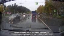 Cette femme évite de passer sous un camion.. et se frappe une voiture !