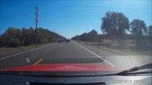 Ce gars a oublié le frein à main et se retrouve à courir après sa voiture en pleine route... Oups