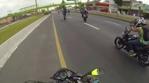 Ses potes bikers font les cons en moto et c'est lui qui chute... Pas de chance