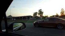 Une Tesla et une BMW M5 se font doubler sur une autoroute