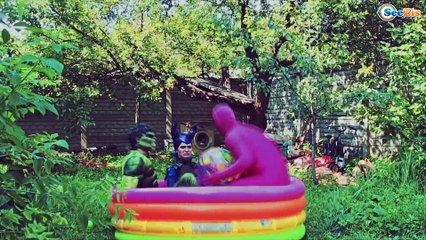 Frozen Elsa & Spiderman feed the poop Superhero? Iron Man & Spider Girl