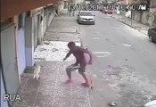 Un chien fait pipi sur le dos d'un homme en pleine rue ! LOL