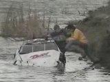 une voiture tombe dans l'eau