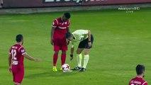 Un joueur de foot essuie le spray de l'arbitre... sur l'arbitre