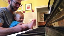 Ce bébé joue du piano avec les pieds et adore ça !