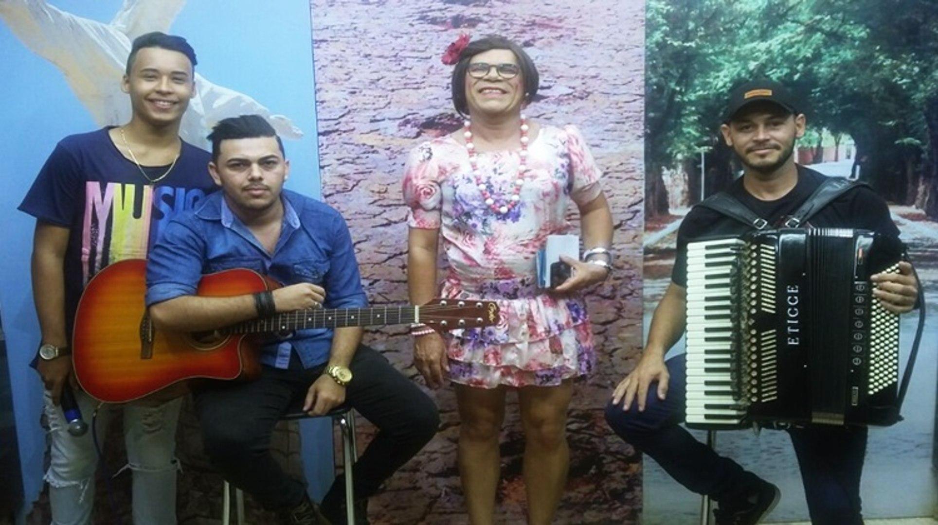 Maria Calado na TV com os integrantes do espetáculo Trinca, mas não quebra e o sertanejo Lucas Soare