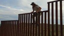 Cet homme nous montre comment escalader le mur à la frontière entre le mexique et les USA