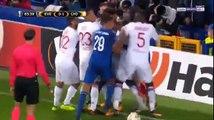 Echauffourées après que le capitaine d'Everton ait volontairement poussé le gardien lyonnais