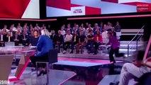 L'émission politique : Laurence Parisot trébuche en entrant sur le plateau ! (vidéo)
