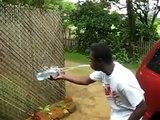 Ce gars peut recracher 2l d'eau et remplir une bouteille... Dingue!