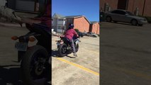 La femme de régis fait de la moto!