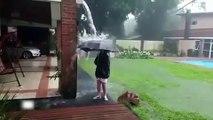 Un éclair tombe près d'un garçon qui joue dans l'eau