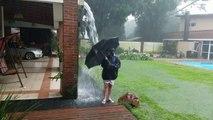 La foudre tombe a côté d'un enfant (Argentine)