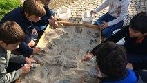 Les enfants font des découvertes pendant les fouilles