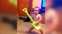 Ce bébé est un futur guitariste de heavy metal, c'est sûr !