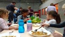 Ecole de Villers-le-Temple: 7 bénévoles, dont des mamies, encadrent les enfants lors de la distribution des repas chauds