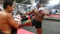 L'entrainement de ce champion de Boxe Thaï est impressionnant...