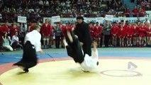 Steven Seagal en démonstration de self défense contre plusieurs assaillants !