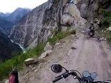 Des motards empruntent la route la plus dangereuse du monde dans l'Himalaya